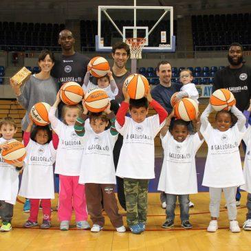 Un grupo de niños de Cantabria Acoge juegan al baloncesto con la Gallofa Cantbasket
