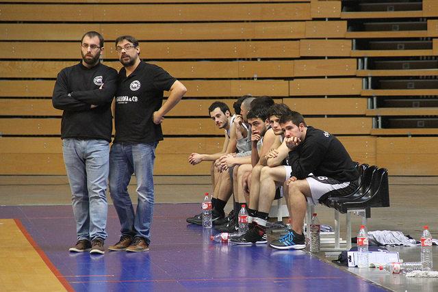 El técnico de La Gallofa Cantbasket, Benjamín Santos, junto con su ayudante, Ángel Serrera | FOTO: PABLO LANZA