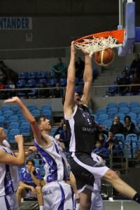 Chris Matagrano hace un mate ante un jugador del Take Tolosa | Foto: Pablo Lanza