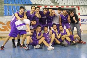 Los jugadores celebran el título ganado en la Fase Final disputada en el Pabellón Exterior de La Albericia | Foto: Pablo Lanza
