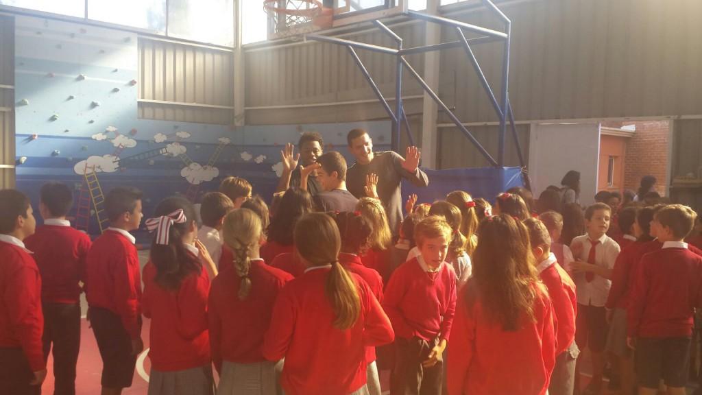 DeAngelo Hailey y Chris Matagrano saludando a los jovenes alumnos de la Sagrada Familia | Foto: CBK