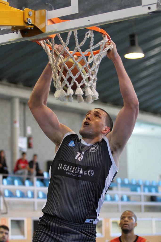 Mate del jugador de La Gallofa & Co, Chris Mataran, en el encuentro frente al Basket Villa de Mieres | Foto: Pablo Lanza