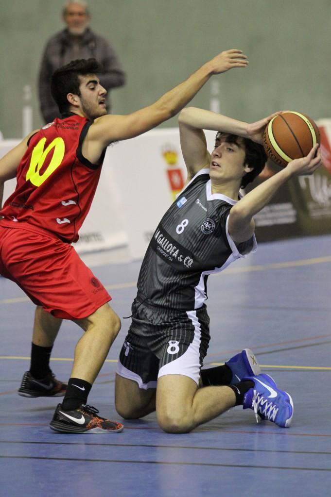 El jugador de La Gallofa & Co, Jaime Azofra defendido por Jorge Martínez   Foto: Pablo Lanza