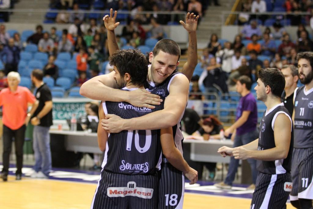 Chris Matagrano abrazando a Álvaro Teja, protagonista de la jugad decisiva del partido | Foto: Pablo Lanza