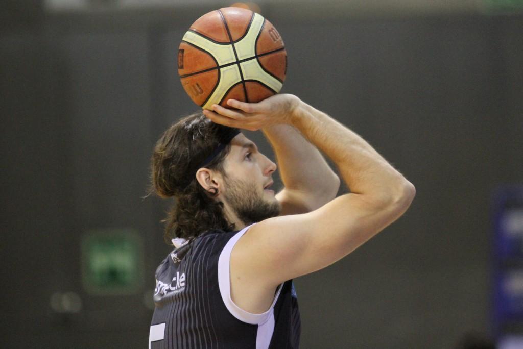Jesús Cotera tirando un tiro libre | Foto: Pablo Lanza