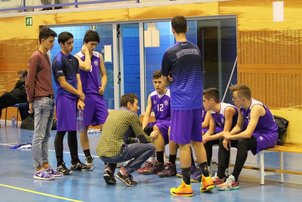 Joaquín Romano dando instrucciones a los jugadores de La Gallofa & Co C durante un tiempo muerto | Foto: Pablo Lanza