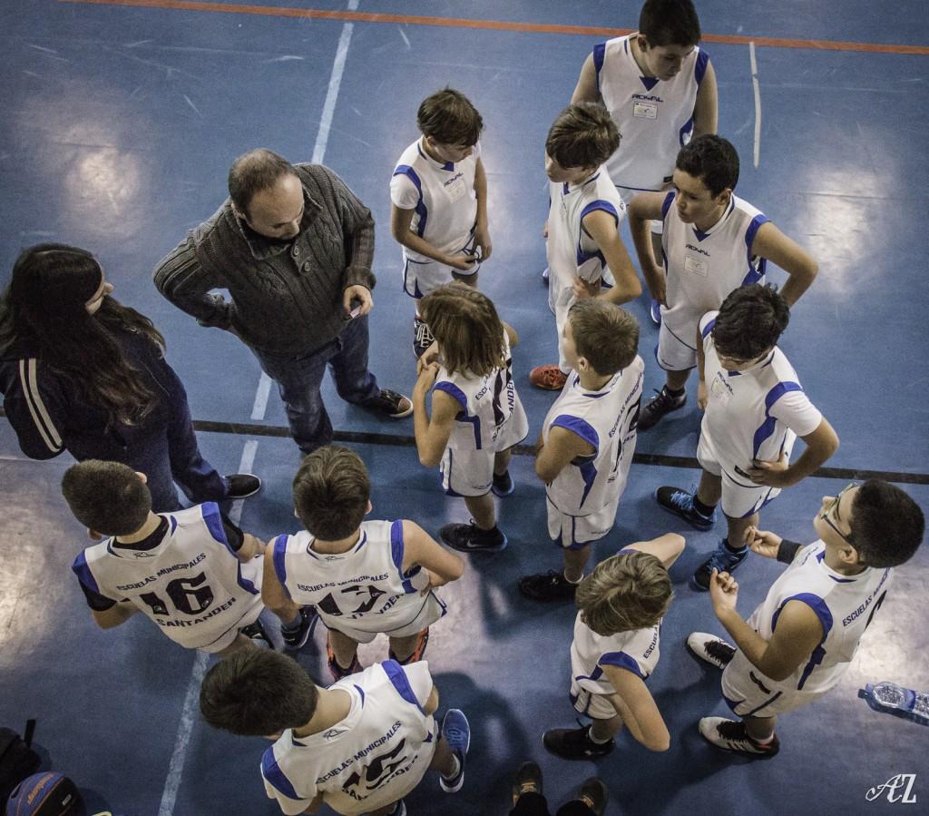 Los jugadores del equipo infantil de la EM Santander reciben órdenes de sus entrenadores | Foto: Áureo Gómez