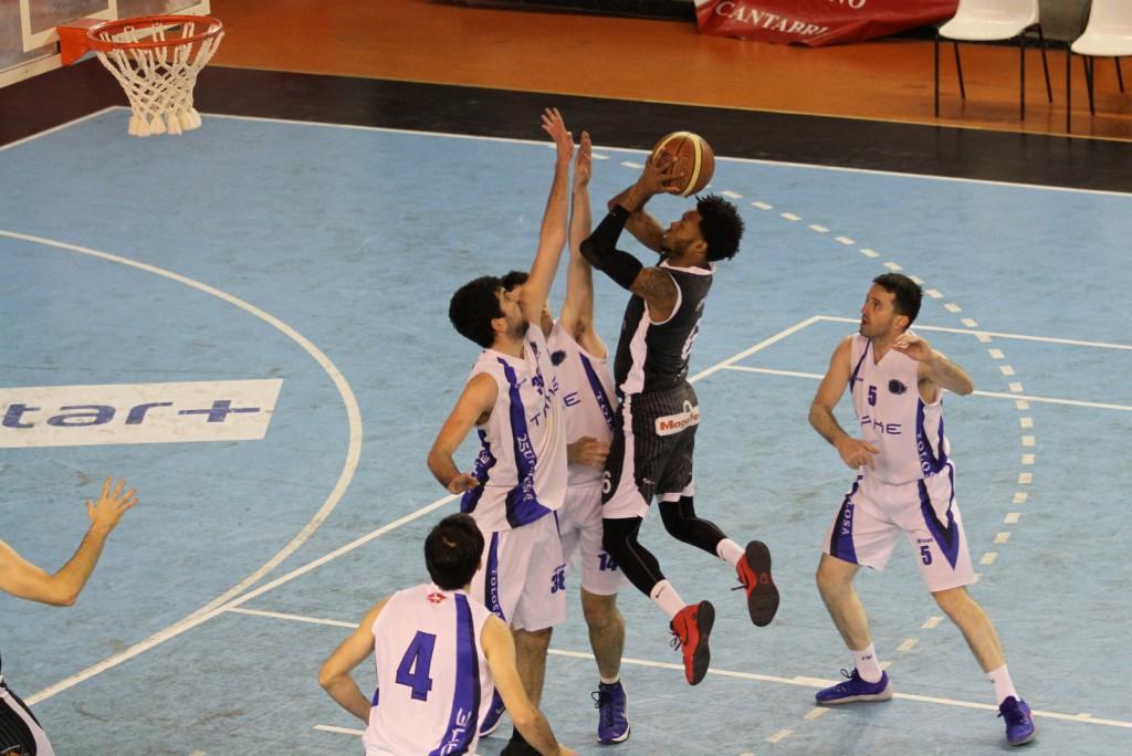 DeAngelo Hailey defendido por varios jugadores de Take Tolosa | Foto: Pablo Lanza