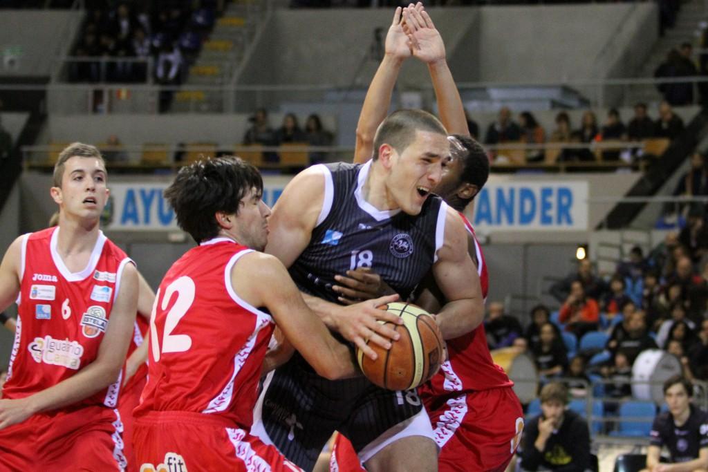El jugador de La Gallofa & Co, Chris Matagrano, en el derbi de ida ante el Igualatorio Cantabria Estela