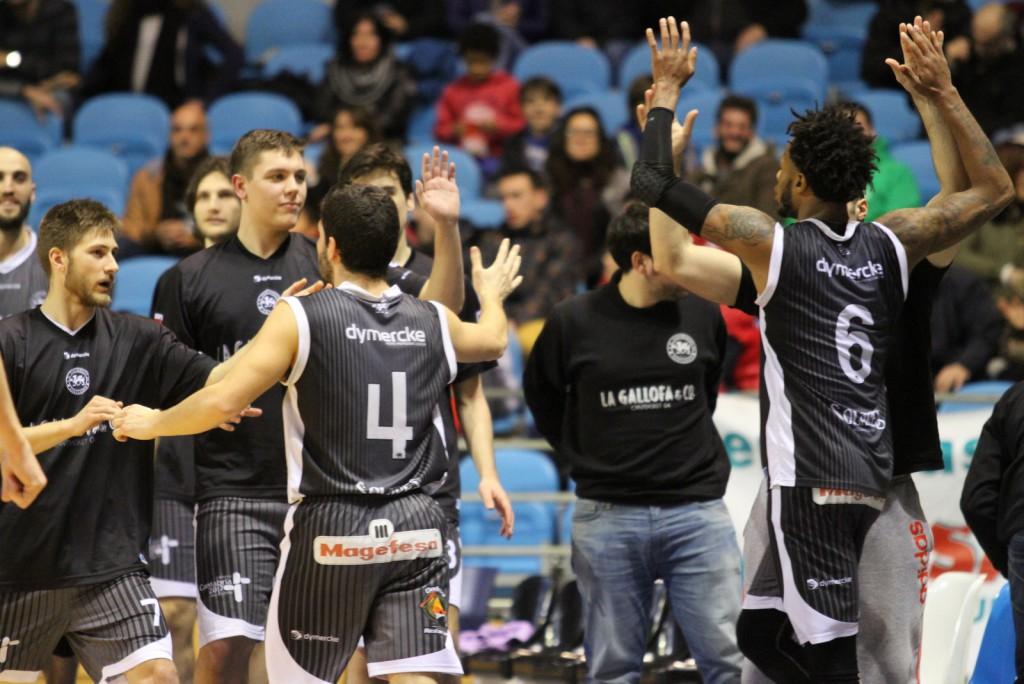 Andrés Pariente y DeAngelo Hailey felicitados por sus compañeros tras una jugada del derbi | Foto: Pablo Lanza