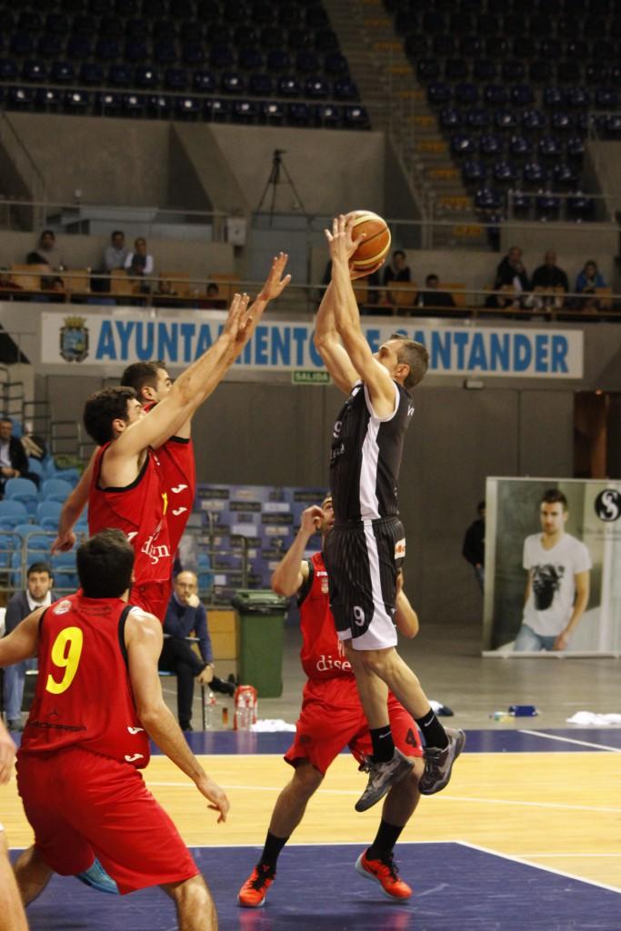 Miguel Blanco en pleno lanzamiento en suspensión | Foto: Enrique Olabe