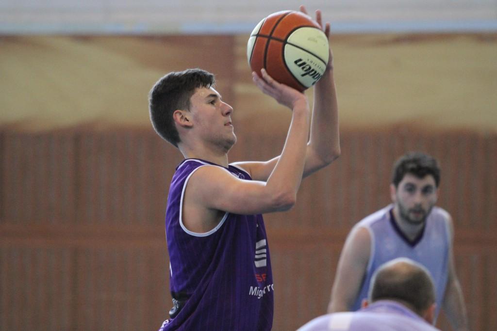 El equipo junior de Miguel Arroyo Cantbasket no se lo puso nada fácil al filial UC La Gallofa & Co | Foto: Pablo Lanza