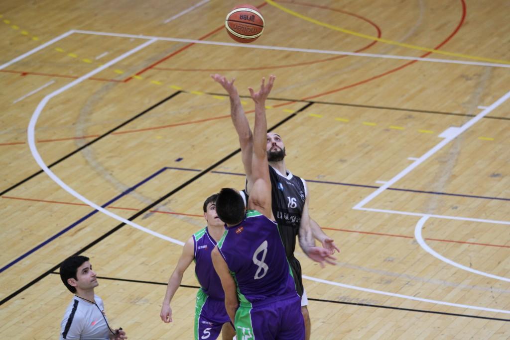 Salto inicial entre Jon Betozala y Tomás Ramón | Foto: Pablo Lanza