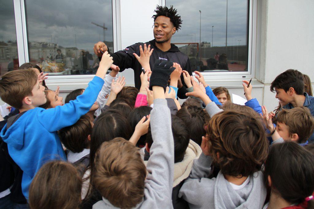 DeAngelo Hailey repartiendo invitaciones a los jóvenes alumnos del Colegio Cabo Mayor | Foto: Pablo Lanza