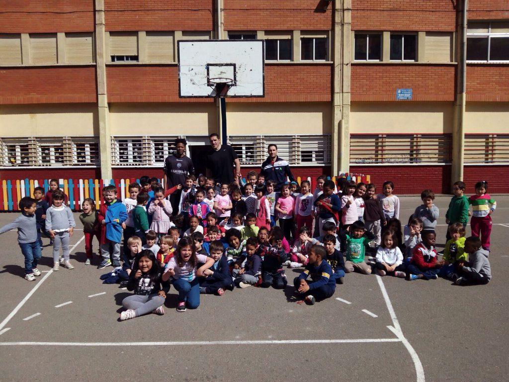 Alumnos del Colegio José Arce Bodega con los jugadores de La Gallofa & Co