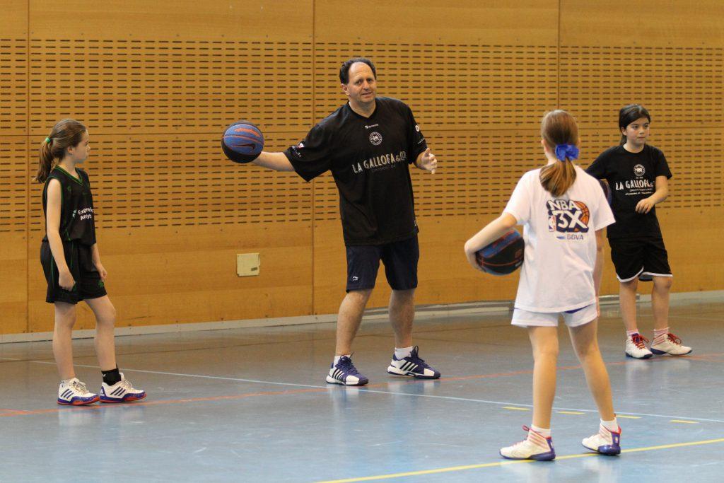 El entrenador Juan Ortiz dando instrucciones a los participantes | Foto: Pablo Lanza