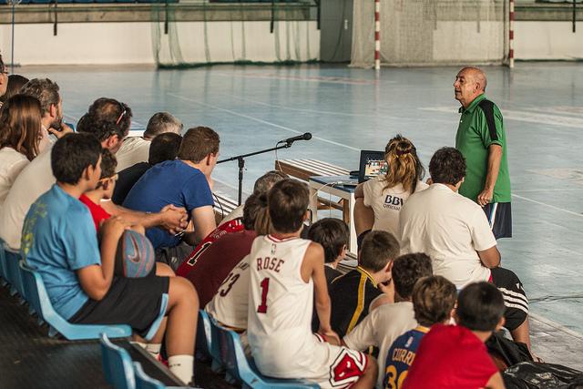 Rafael Peyró durante la charla impartida en el Pabellón Exterior de La Albericia | Foto: Álvaro Gutiérrez